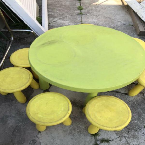 Tavolo rotondo con 8 sgabelli per bambini