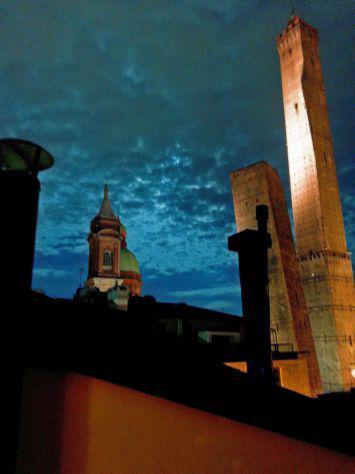 Centro storico - camere doppie in attico vista due torri