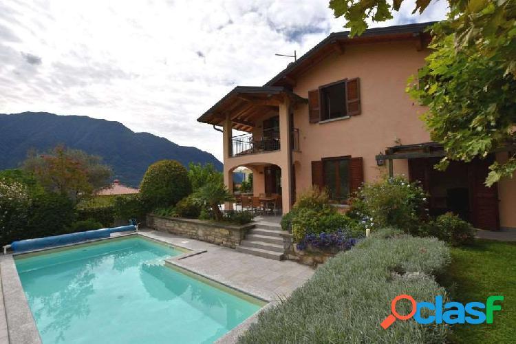 Ossuccio, stupenda villa con giardino e piscina 1