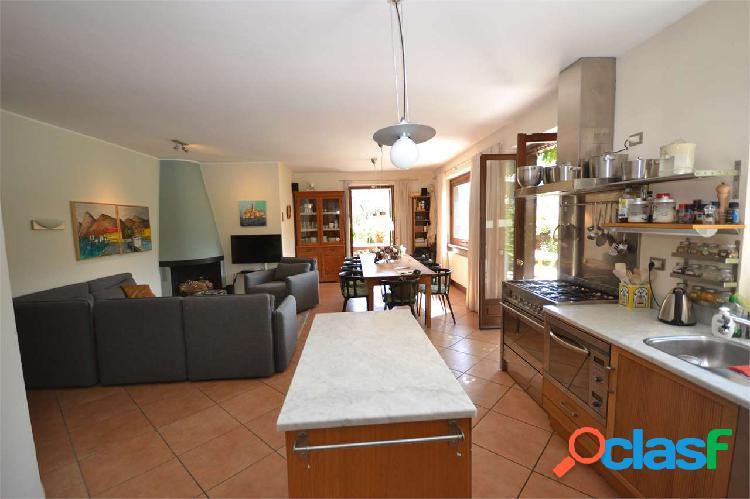 Ossuccio, stupenda villa con giardino e piscina 2
