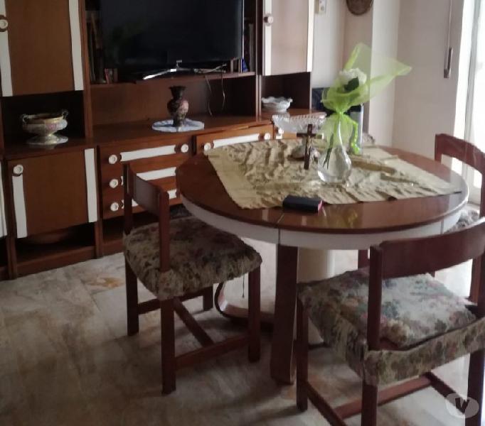 Soggiorno con tavolo e sedie