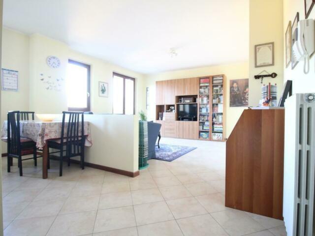 Appartamento di due locali con servizi e balcone a lambrugo