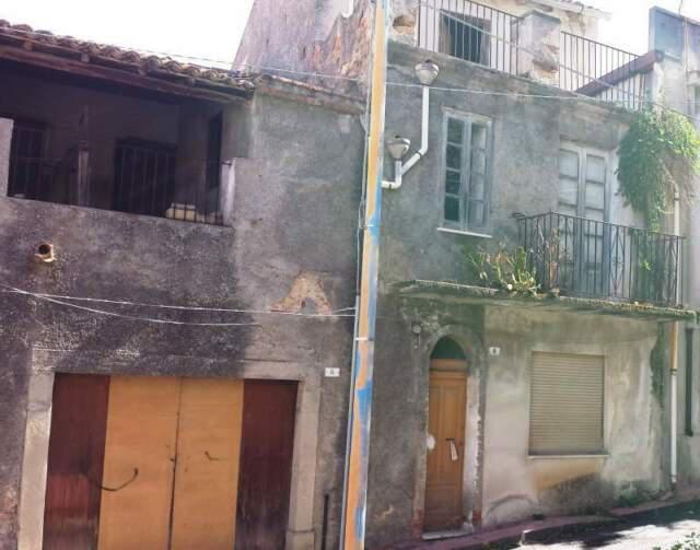 Casa indipendente: panoramicissimi 200 mq, da ristrutturare.