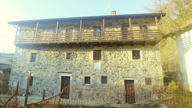 Casa indipendente sasso a vista parzialmente ristrutturata