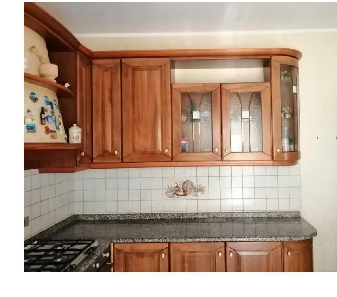 Cucina ad angolo in legno senza elettrodomestici