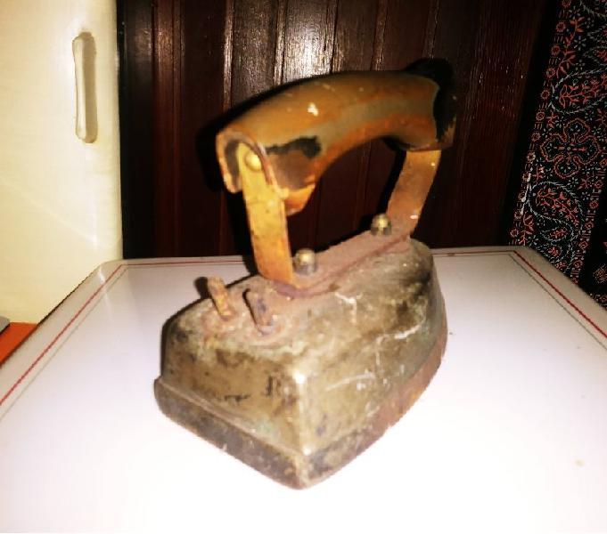 Antico ferro da stiro testato e perfettamente funzionante