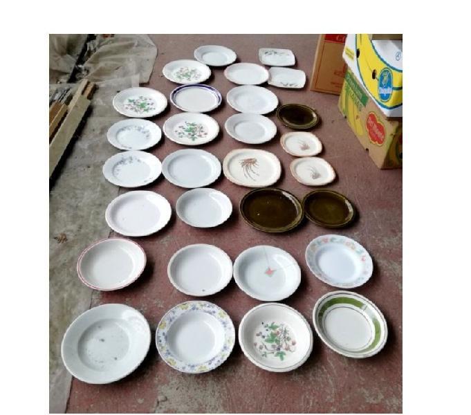29 piatti in ceramica forme e colori vari