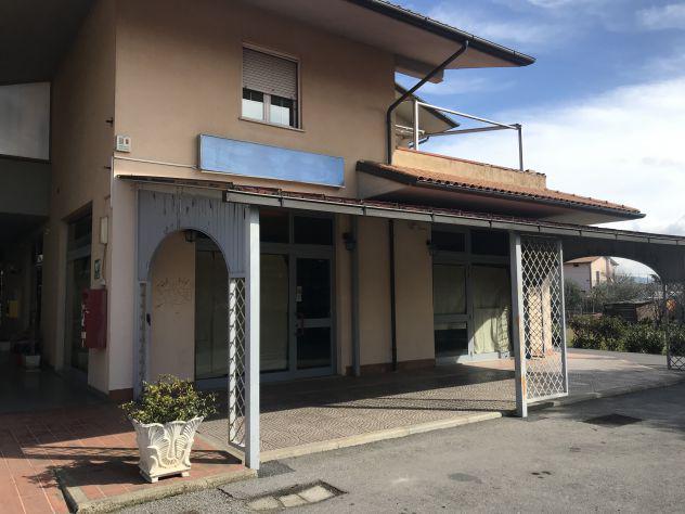 A435 - locale commerciale con portico e parcheggio