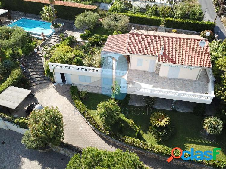 Villa con piscina, vista mare e giardino
