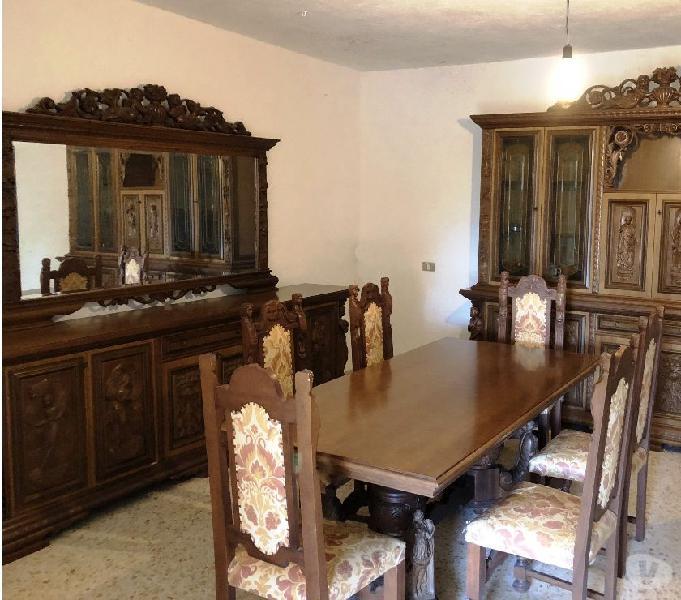 Sala da pranzo classica in legno intagliato
