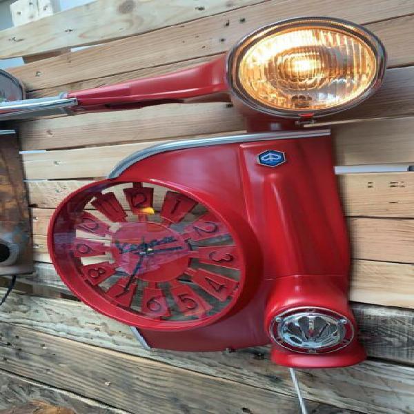 Moderna vespa-lampada ROSSO OPACO realizzata a mano