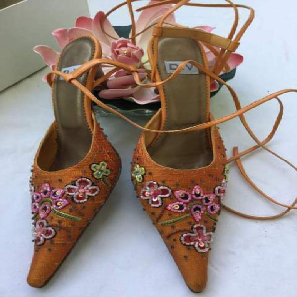 Scarpe arancioni ricamate
