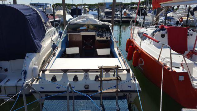 Barca a motore semicabinata