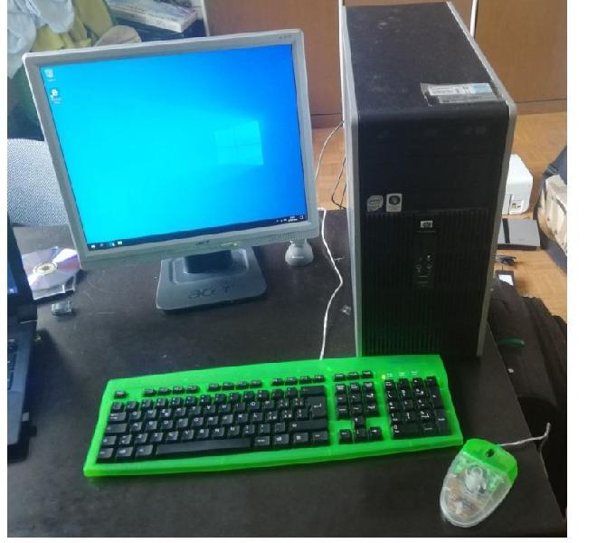 Computer fisso con monitor mouse e tastiera