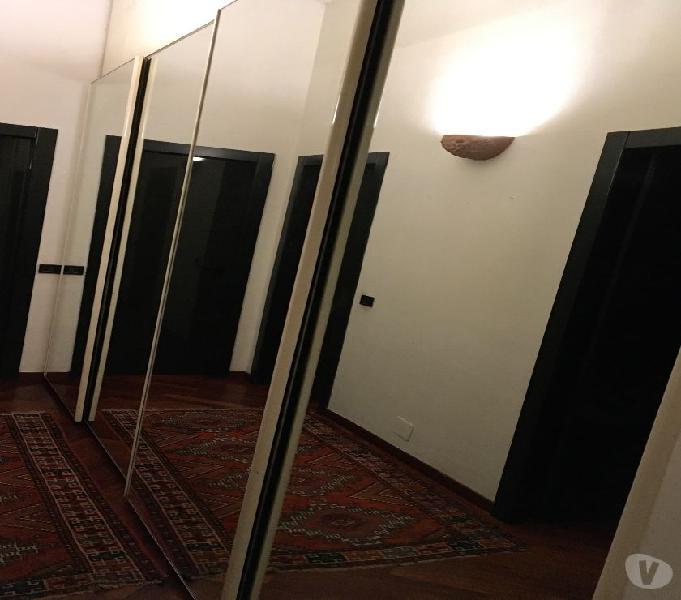 Armadio laccato bianco con ante specchio
