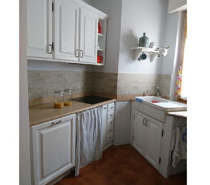 Cucina in legno massello con elettrodomestici