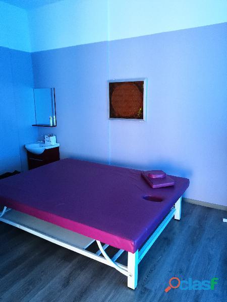 Lettino da massaggio fucsia professionale