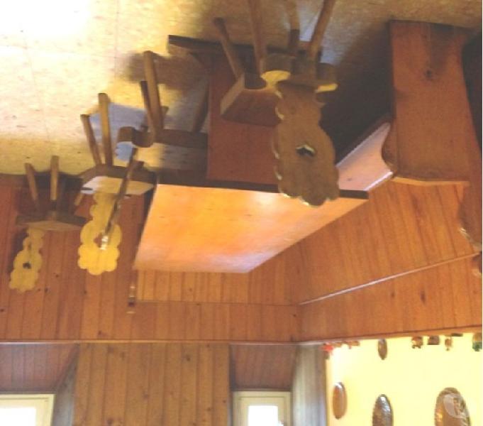 Tavolo rustico con giropanca su due lati