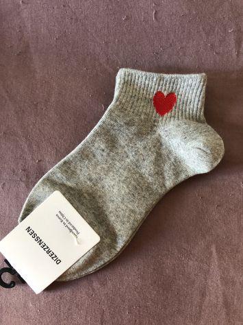 Calze calzini da donna grigie nuove con cuore rosso