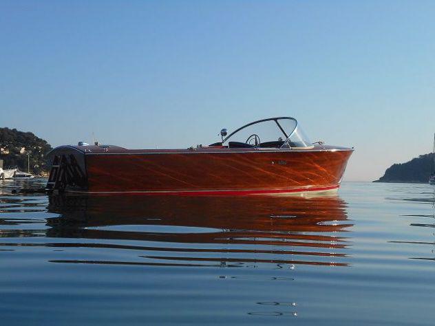 Barca d'epoca a motore super falco