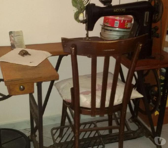 Mobili antichi, macchina da cucire necchi