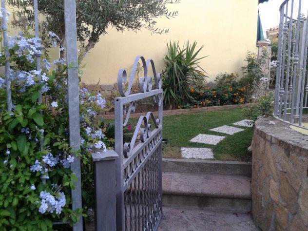 Villetta con giardino privato, piscina /tennis cond.