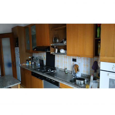 Cucina in legno e granito con elettrodomestici