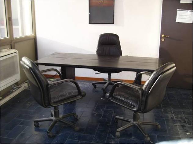 Tavolo/scrivania nero con poltrona direzionale usato