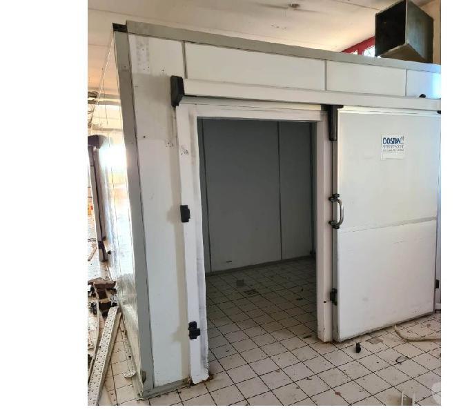 Cella frigo con porta scorrevole usata