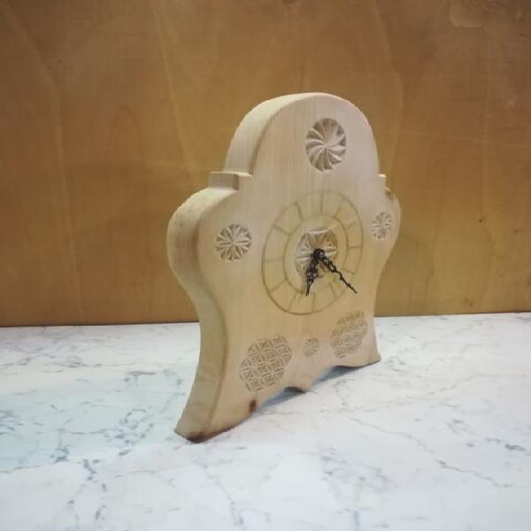 Orologio in legno intagliato