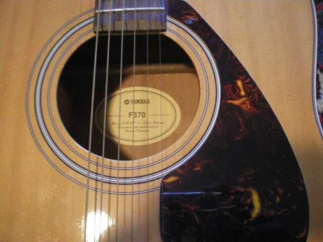 Yamaha f370 chitarra acustica con accordatore, corde