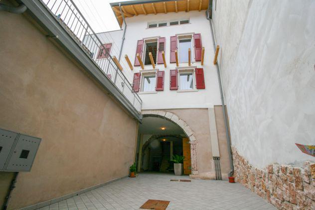 Arco, porzione di casa centro storico di varignano con tre