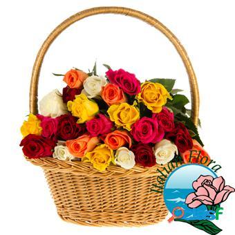 Cesto con rose colorate - consegna in italia.