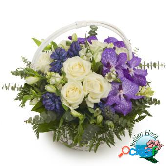 Cesto di fiori freschi, bianchi e viola - consegna in italia.