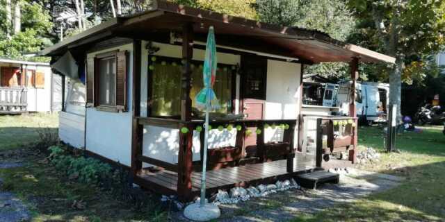 Roulotte con casetta stanziale in campeggio