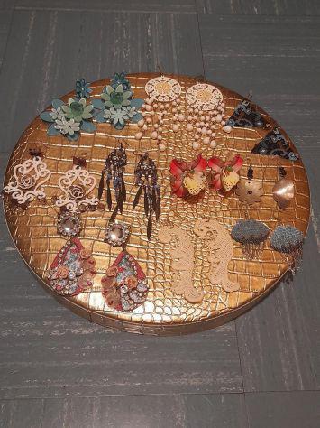 Orecchini, collane, bracciali, spille e anelli