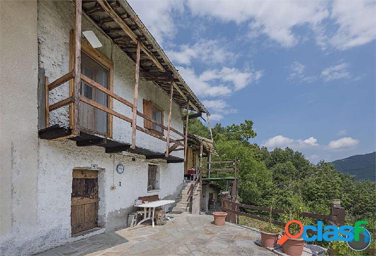 Porzione di casa rustica con cortile, sorgente