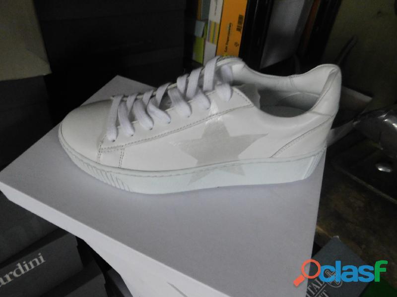 Stock di scarpe e abbigliamento