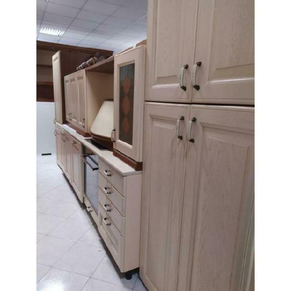 Cucina in legno completa di elettrodomestici