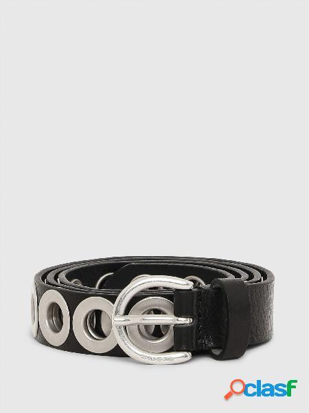 Cintura in pelle decorata con grandi occhielli in metallo su tutta la lunghezza.