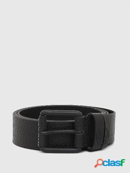 Cintura in pelle a grana con passanti con logo mohawk impresso e fibbia ad ardiglione in metallo nero con logo diesel.