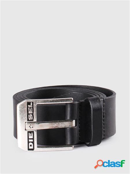 Cintura in pelle con effetto texture, caratterizzata da singolo passante in pelle e fibbia ad ardiglione squadrata.