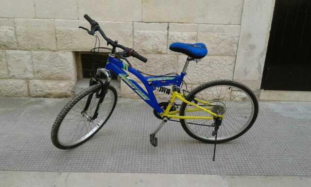 Bicicletta mountain bike azzurra e gialla