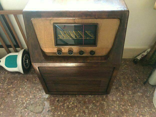 Radio antica con giradischi ducati rara funzionante