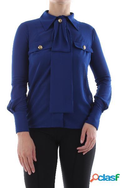 Camicia in georgette colletto con fiocco e bottone maniche lunghe 2 tasche con bottoni taglio corto vestibilità morbida 100%pl