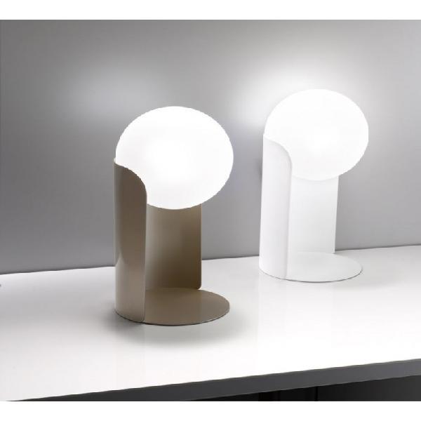 Collezione di lampade con supporto in lamiera curvata in