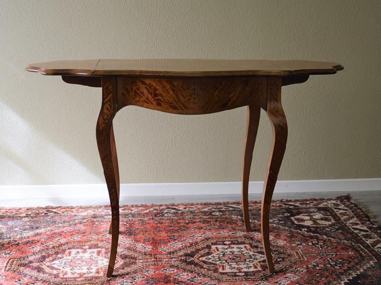 Tavolino intarsiato in legno massello
