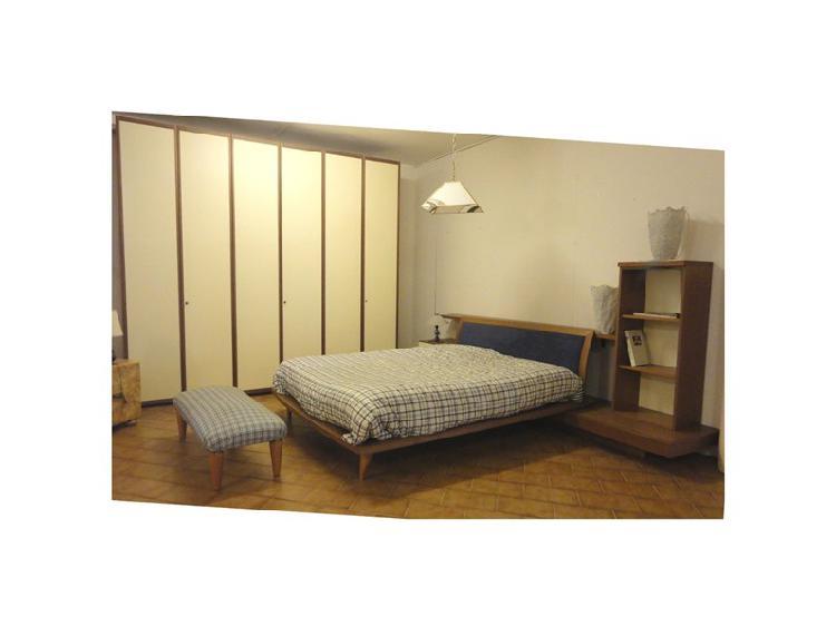 Camera matrimoniale completa di letto-armadio e comodini
