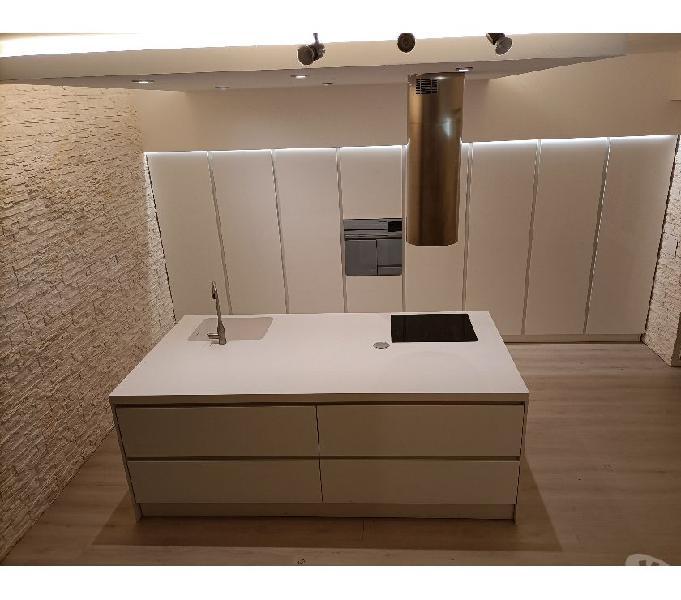 Cucina laccata lucida con isola indipendente in vendita novellara - vendita mobili usati