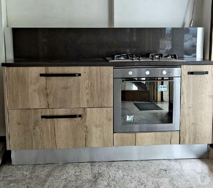 Cucina rovere, piano cottura e forno whirpool, base quarzo in vendita zero branco - vendita mobili usati